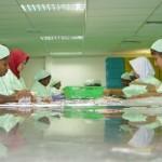Arbeiterinnen sortierten die verpackten Kondome, die in die ganze Welt verschickt werden.